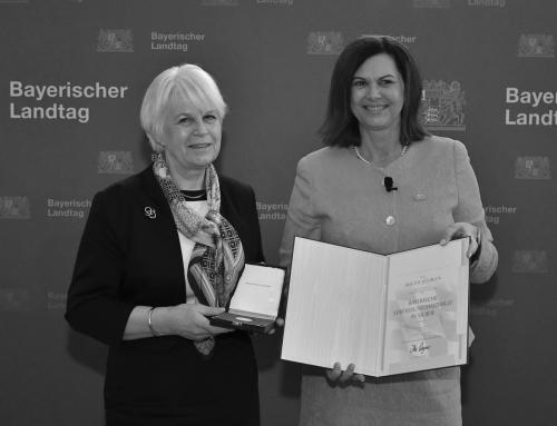 Was für eine Auszeichnung: Bayerische Verfassungsmedaille für fim-Mitglied Brigitte Bührlen!